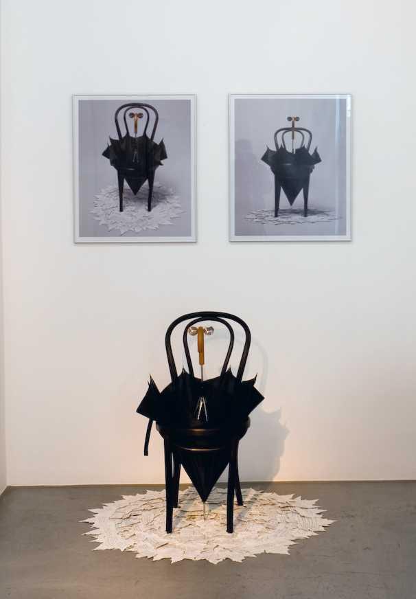 Esther Ferrer, Retrato imaginario de Erik Satie, Instalación con fotos, silla de madera, paraguas, gafas y hojas naturales pintadas y manuscritas. En galería Feijo, feria Pinta Miami, 2017. Cortesía de la galería