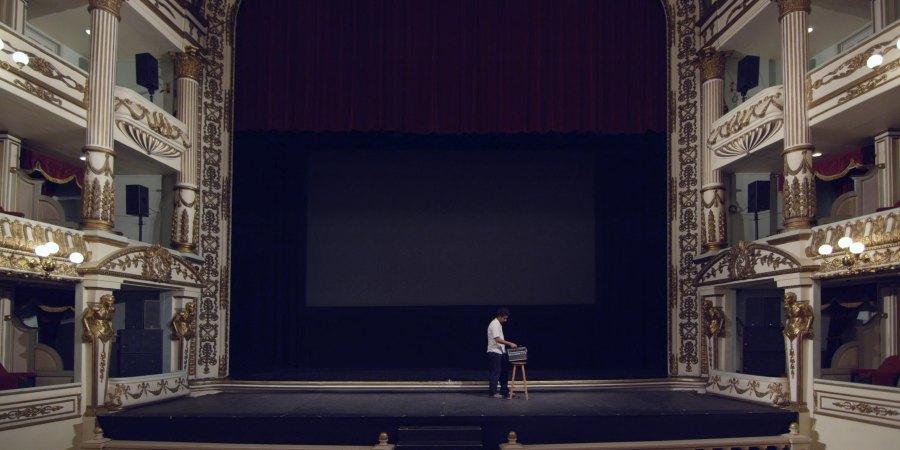 """Still de """"Hay muertos que no hacen ruido"""" (2015), video monocanal de la artista Claudia Joskowicz, en Die Ecke Arte Contemporáneo, Santiago, 2017. Cortesía de la artista"""