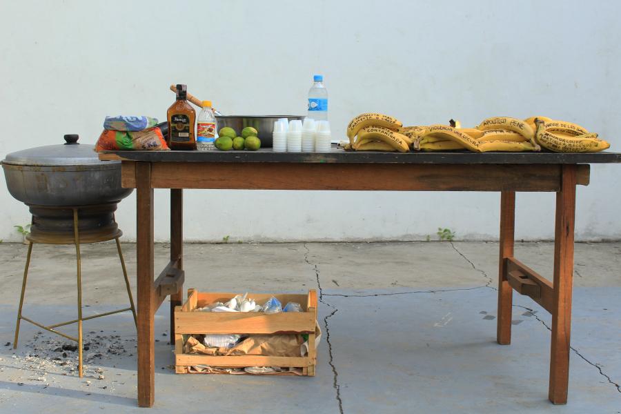 """Jean François Boclé, """"Political Jam"""". Vista de la acción en el patio de la Alianza Francesa de Barranquilla, Colombia, 2017. Cortesía del artista"""