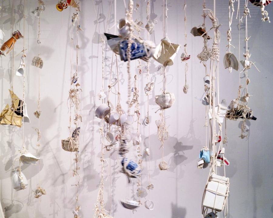 Manuela Viera-Gallo, Domestic Violence: Morir Matando, 2009, loza, cuerdas. En Instituto de Visión, sección Public de Art Basel Miami Beach, 2017. Cortesía de la artista y la galería