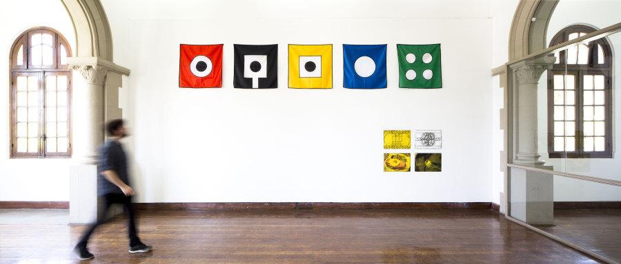 Vista de la exposición de Matt Mullican en la Galería Macchina de la Escuela de Arte de la Universidad Católica, Santiago de Chile, 2017. Foto: Benjamín Matte
