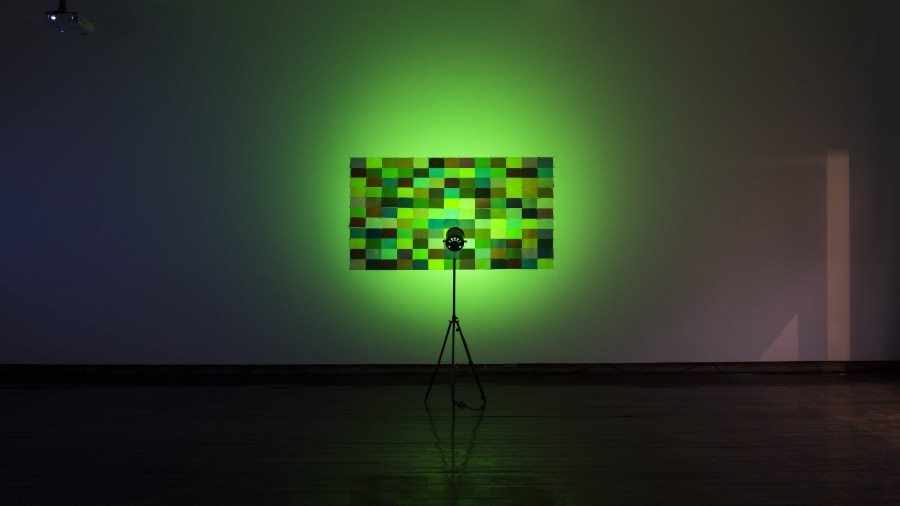 Matt Mullican, Light Patterns Under Green Light, 1972-2017. Vista de la exposición en la Galería Macchina de la Escuela de Arte de la Universidad Católica, Santiago de Chile, 2017. Foto: Benjamín Matte