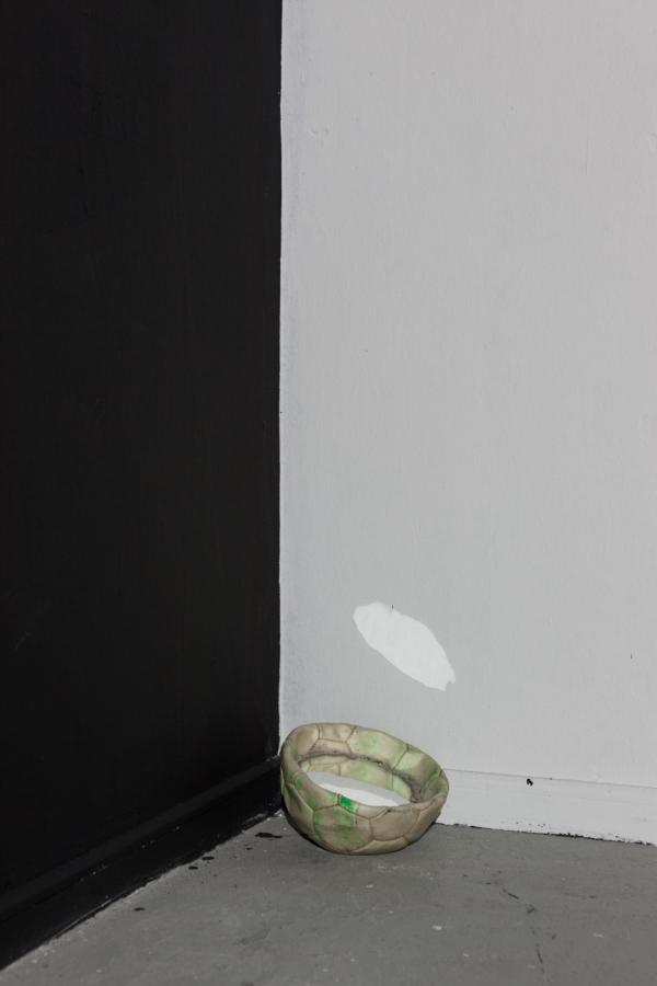 """Vista de la exposición """"Club Social y deportivo Porvenir"""", de Diego Santa María, en el MAC Quinta Normal, Santiago de Chile. En la imagen: """"Indio de mi pueblo"""", 2017, látex sobre muro, pelota encontrada, espejos, recipiente plástico, toalla, agua y lavamano sobre estructura de fierro. Foto: Sebastián Mejía"""