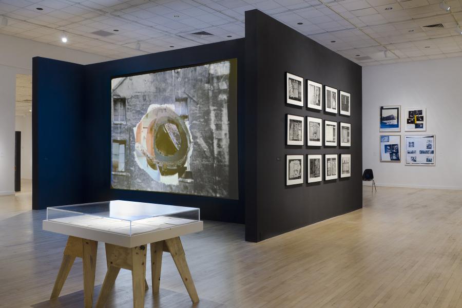 """Vista de la exposición """"Gordon Matta-Clark: Anarchitect"""", en el Bronx Museum of Art, Nueva York, 2017. Foto: Stefan Hagen"""