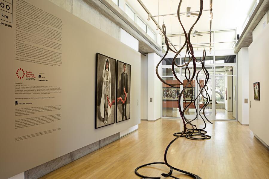 "Vista de la exposición ""Guatemala from 33,000 km: Contemporary Art, 1960 – Present"", en el Westmont Ridley-Tree Museum of Art. Foto: Juan Brenner"