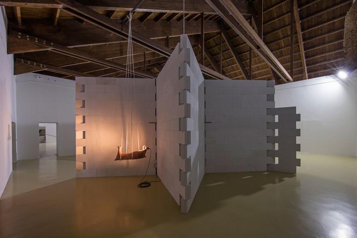 Gilberto Zorio, vista de la exposición retrospectiva en el Castello di Rivoli, Turín, Italia, 2017. Cortesía del artista y Castello di Rivoli. Foto: Antonio Maniscalco