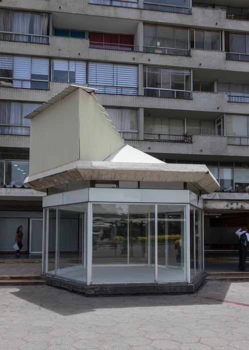 Vista de la pieza Operación Sitio de Alberto Marín en Galería Tajamar, Santiago de Chile. Foto: cortesía de la galería.
