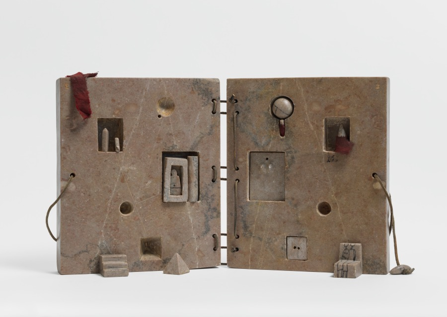 Gonzalo Fonseca, Libro (Tumba del Geometra, Vol. II), 1977, mármol rosado de Tennessee. Foto: EPW Studio / Maris Hutchinson