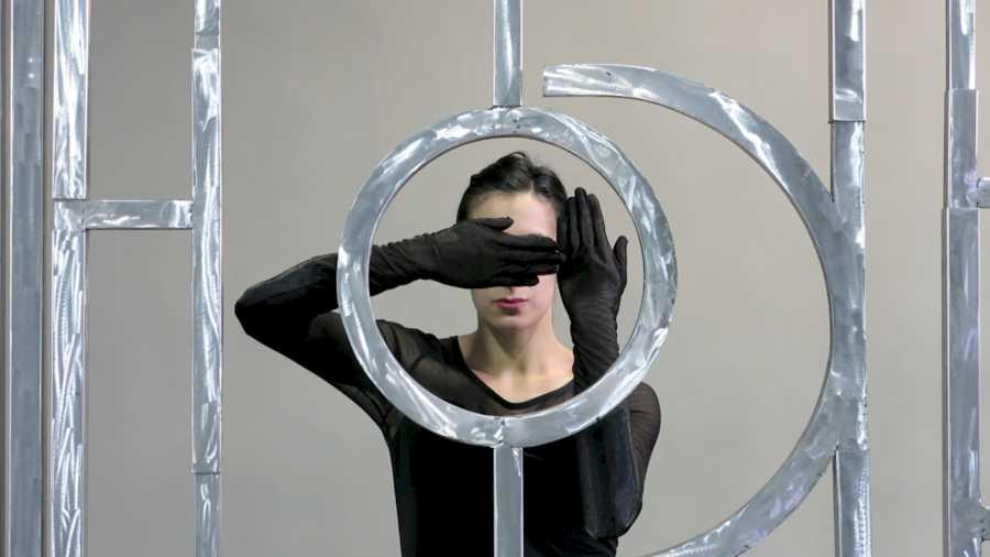 Osías Yanov, ///////)))_Io))) (2014). Performance, escultura de aluminio. 300 x 600 x 5 cm. Fundación Museo Reina Sofía. Promesa de donación de Patricia Phelps de Cisneros en honor a João Fernandes