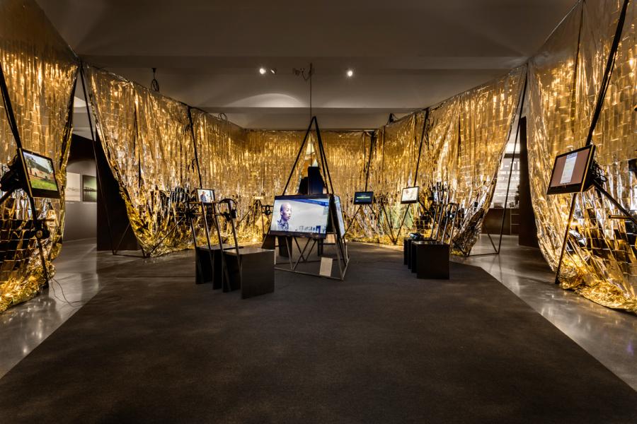 """Vista de la exposición """"Afro-Tech and the Future of Re-Invention (Afro-Tech y el futuro de la reinvención)"""", en el HMKV, Dortmunder, Alemania, 2017-2018. Foto: Hannes Woidich"""