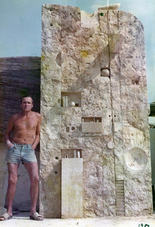 "Gonzalo Fonseca con ""Tabularium"", 1980, travertino romano. Foto cortesía del Legado de Gonzalo Fonseca"