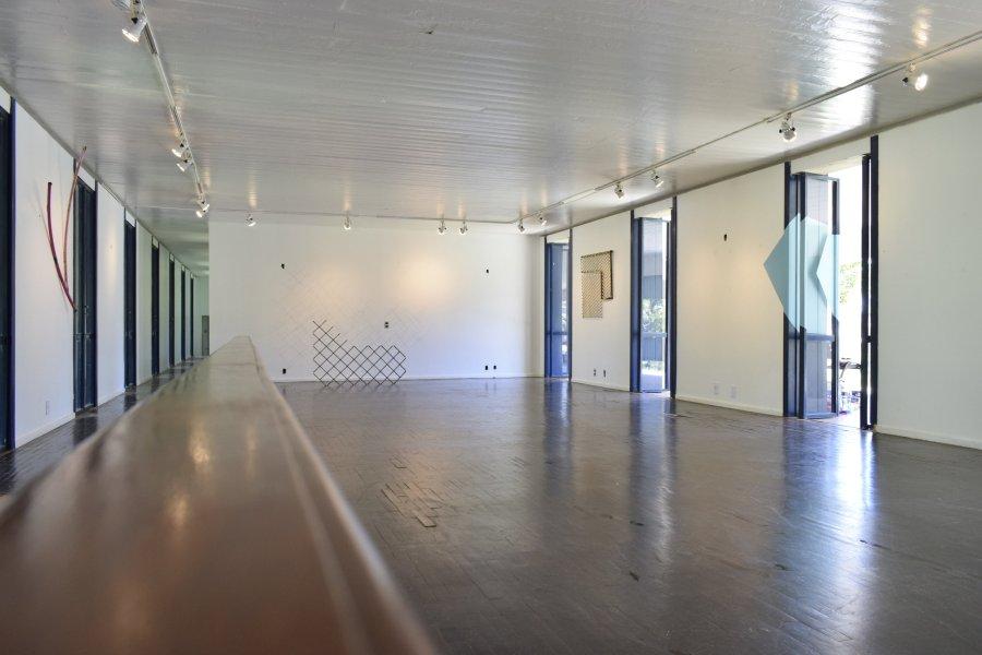 """Vista de la exposición """"Detrito Federal"""", de Esvin Alarcón Lam, en Casa Niemeyer, Brasilia, 2017. Cortesía del artista y Henrique Faria Fine Art"""