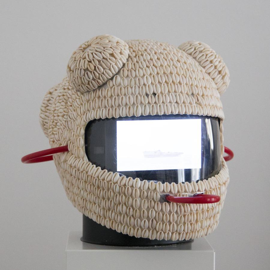 Casco de la serie Vodunaut, de Emo de Medeiros. Cortesía: 20º Festival de Arte Contemporânea Sesc_Videobrasil