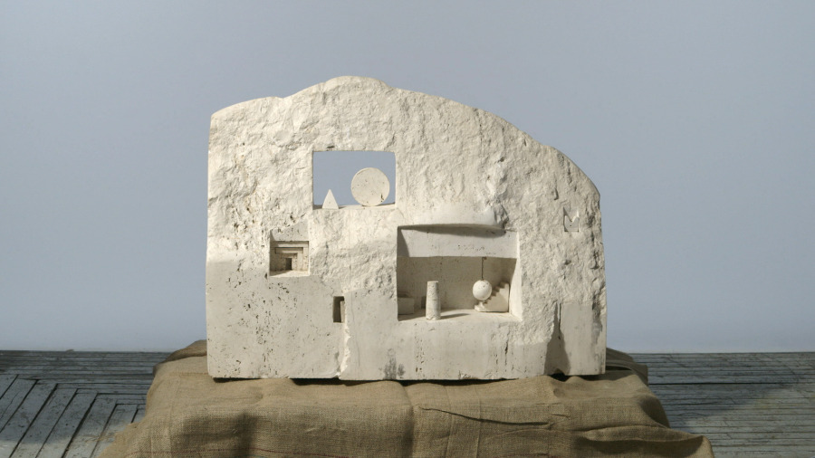 Gonzalo Fonseca, White Facade, 1987,  travertino romano. Foto cortesía del Legado de Gonzalo Fonseca