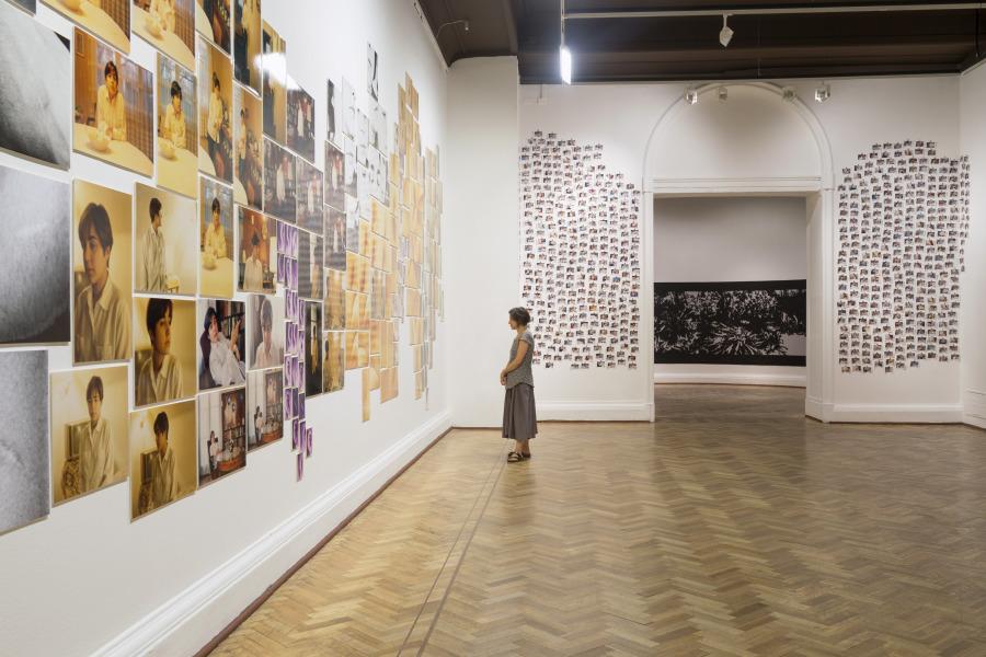 """Vista de la exposición """"Tentativa de Inventario"""", de Mónica Bengoa, en el Museo Nacional de Bellas Artes, Santiago de Chile, 2017. Foto cortesía Estudio Mónica Bengoa"""