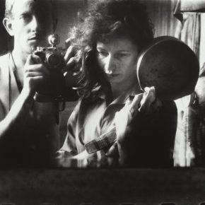 Ed van der Elske, Autorretrato con Ata Kandó, París, 1952. Copia a la gelatina de plata, 24 x 35, 8 cm. Nederlands Fotomuseum / © Ed van der Elsken / Collection Ed van der Elsken Estate
