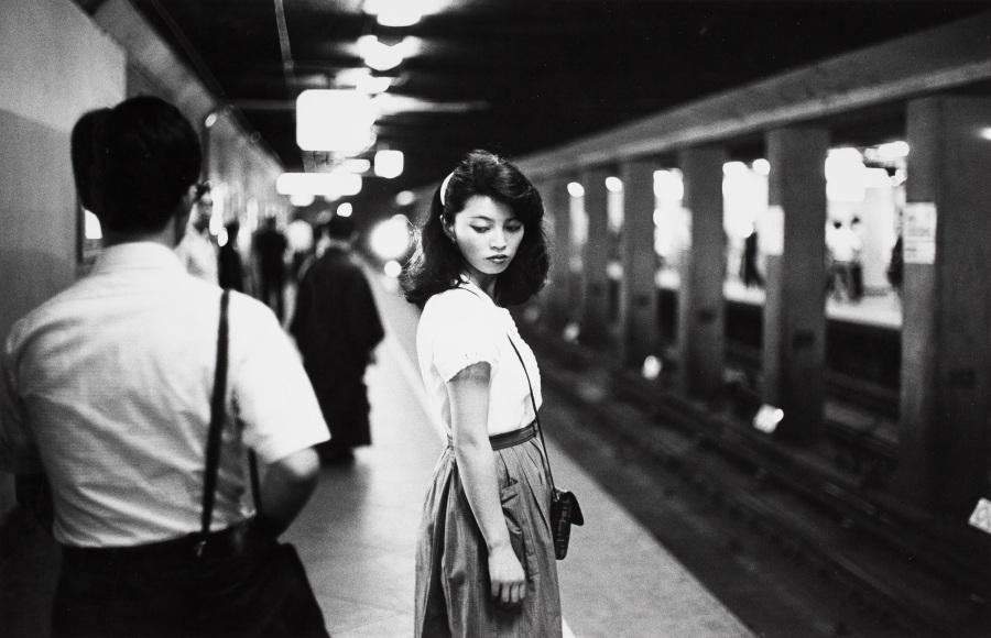 Ed van der Elsken, Chica en el metro, Tokio,1981. Copia a la gelatina de plata, 23,7 x 30,9 cm. Nederlands Fotomuseum / © Ed van der Elsken / Collection Stedelijk Museum Amsterdam