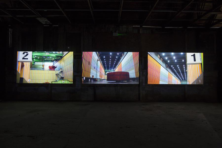 Alexander Apóstol, Contrato Colectivo Cromosaturado, 2012, video HD a tres canales. Vista de la instalación en EVA International 2018. Foto: Deirdre Power