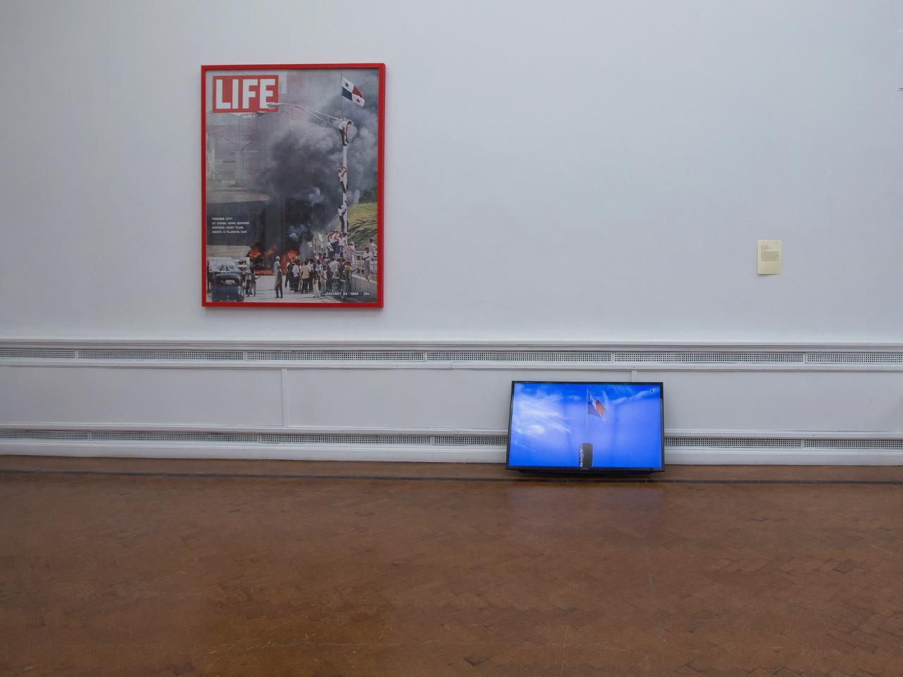 José Castrellón, Palo Enceba'o, 2014–2016, impresiones y video (1 min). Cortesía del artista. Vista de la instalación en EVA International 2018. Foto: Deirdre Power