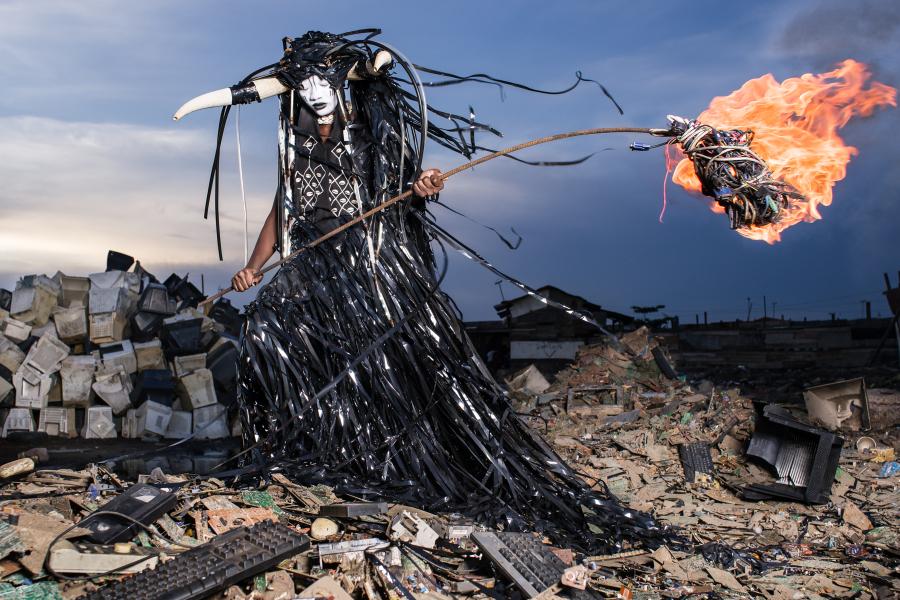 """""""The Prophecy"""", de Fabrice Monteiro, 2013- 2014. Cortesía del artista. Vista de la exposición """"Afro-Tech and the Future of Re-Invention (Afro-Tech y el futuro de la reinvención)"""", en el HMKV, Dortmunder, Alemania, 2017-2018. Foto: Hannes Woidich"""