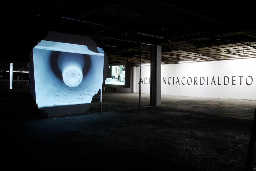 """Vista de la exposición """"LADISTANCIACORDIALDETODASLASCOSAS"""", de Ignacio Gatica, en PAPI (Programa de Arte Público Independiente), Ciudad de México, 2017-2018. Cortesía del artista"""