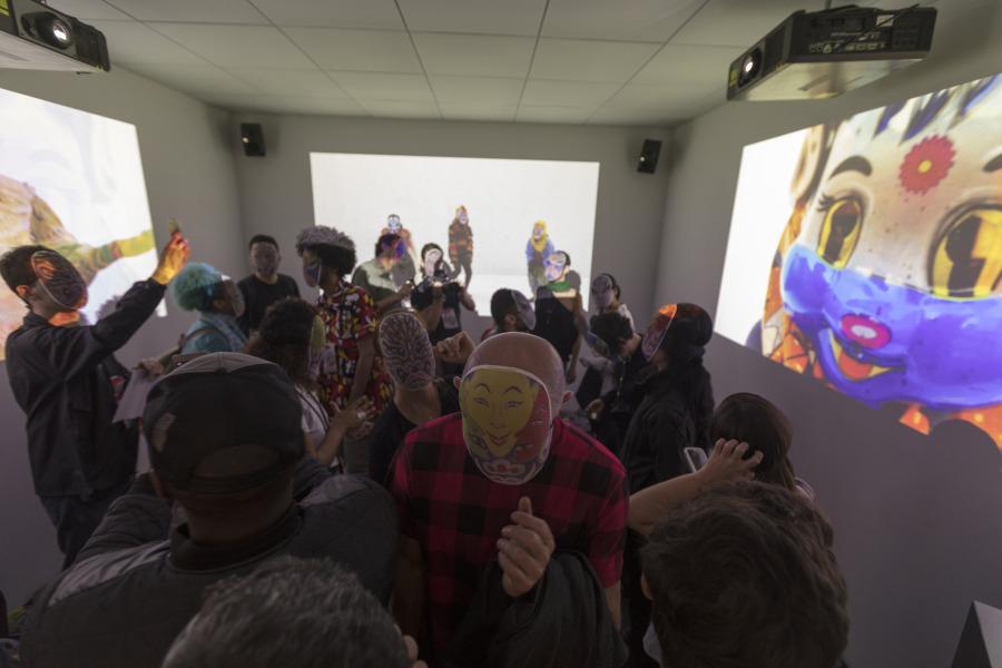 Kaleta-Kaleta, videoinstalación y performance de Emo de Medeiros. Foto: Everton Ballardin. Cortesía: 20º Festival de Arte Contemporânea Sesc_Videobrasil