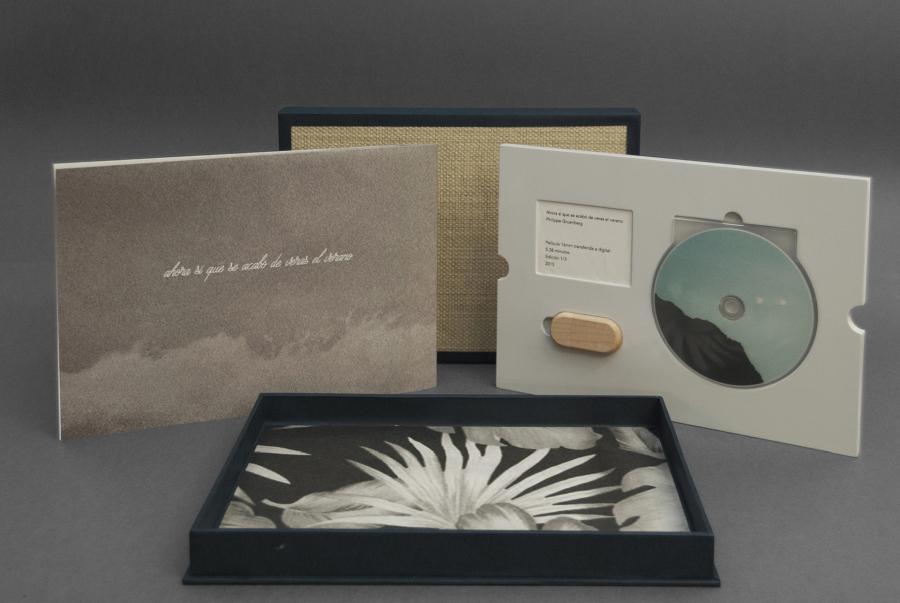 """""""Ahora sí que se acabó de veras el verano"""", de Philippe Gruenberg, 2017, 30.5 x 21.7 x 3.3 cm. 1 USB de madera, 1 afiche, 1 DVD (video: 5'38''). Edición de 3 cajas. Cortesía: Meier Ramírez"""
