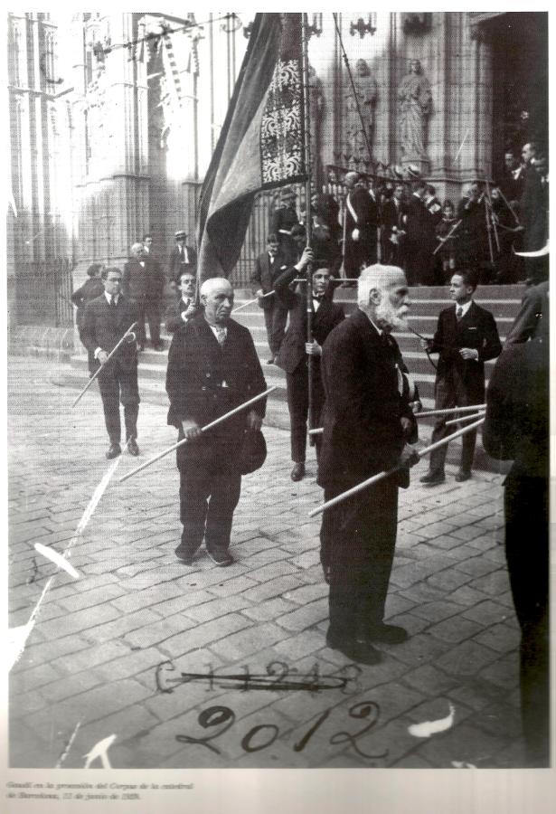 Gaudí en la procesión del Corpus de la catedral de Barcelona, 11 de junio de 1924. Arxiu Nacional de Catalunya. Fons Brangulí.
