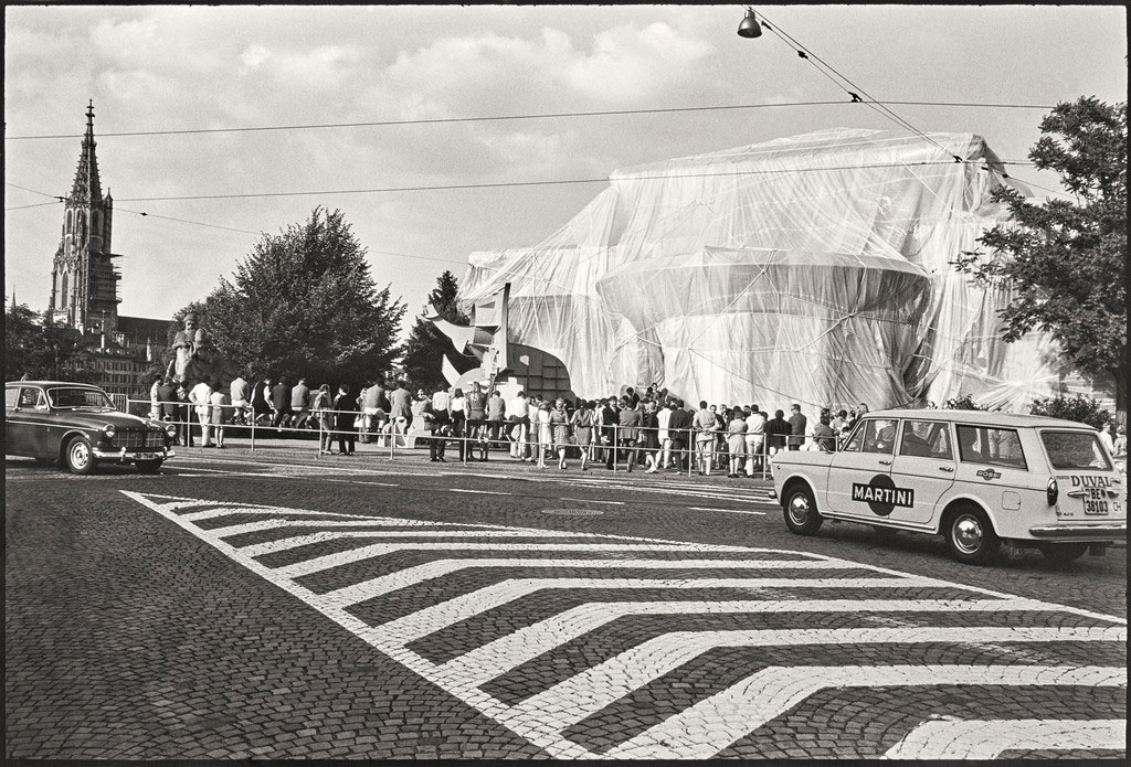 Christo and Jeanne-Claude, Wrapped Kunsthalle, Berna, Suiza, 1967–1968. Colección Getty Research Institute, 2011. Photo: Balthasar Burkhard. © Christo