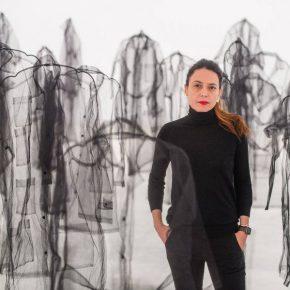 La artista Claudia Casarino en su muestra Iluminando la ausencia, en el Centro Atlántico de Arte Moderno de Gran Canaria, España. Foto: cortesía CAAM.