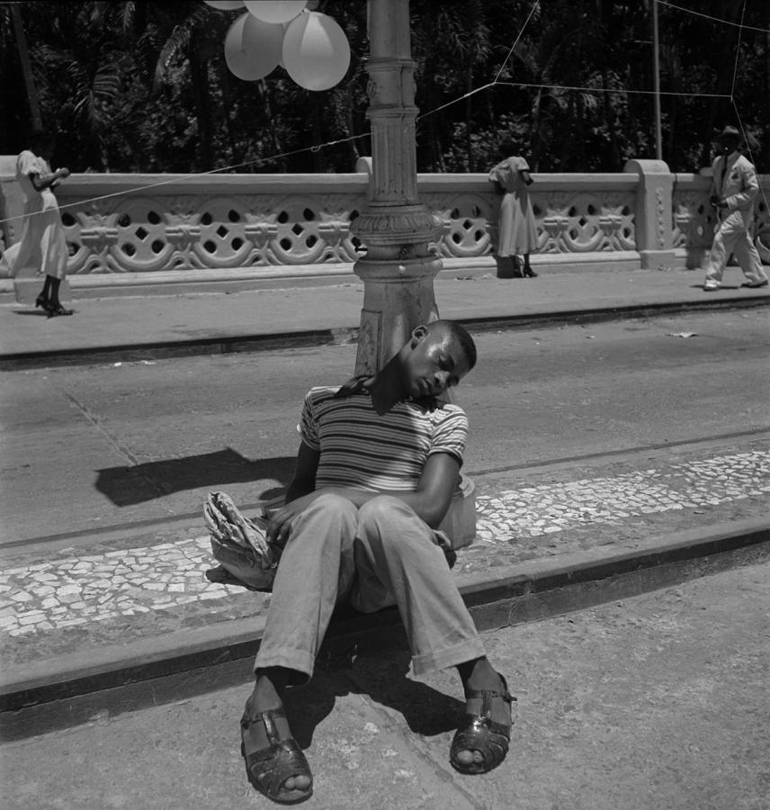 Pierre Verger, de la serie Dorminhocos, Salvador, Brasil, década de 1950. Foto cortesía de CAIXA Cultural Río de Janeiro