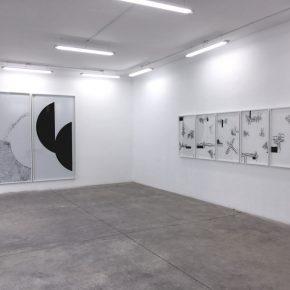 Vista de la instalación \T>X`T/ (2018) de Juan López en galería Tiro Al Blanco, Guadalajara, México. Foto: Ana Rico y Juan López, cortesía de Galería Tiro Al Blanco.