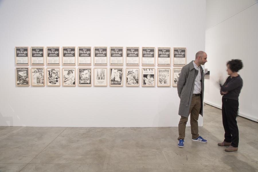"""Obra de Fernando Bryce en """"Bibliotecas Insólitas"""", Arts Santa Mònica (Barcelona, España), 2018. Foto: Marta Becerra"""