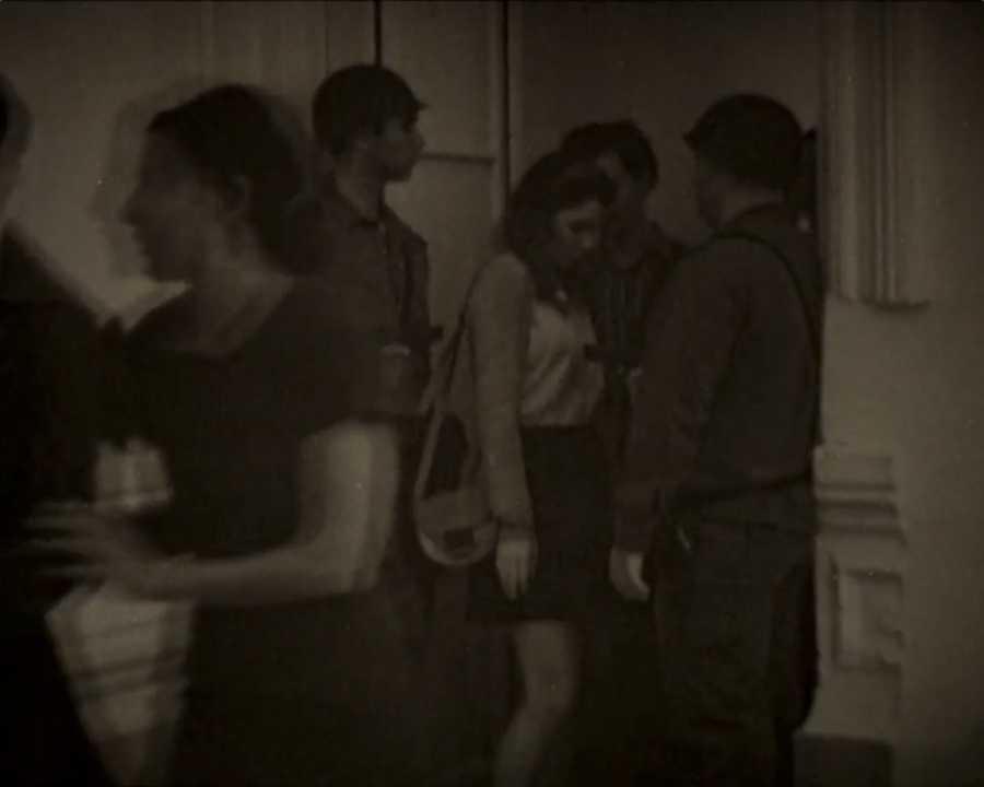 "Alicia Mihai Gazcue, still de ""Pasar entre ellos"", performance, 1967. Cortesía: Espacio Mínimo"