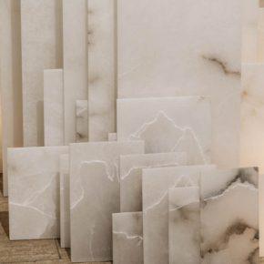 Elizabet Cerviño, Altar, 2018, 108 placas de alabastro grabadas, 80 x 105 x 120 cm. Vista de la exposición en Galleria Continua San Gimignano, Italia. Foto: Ela Bialkowska