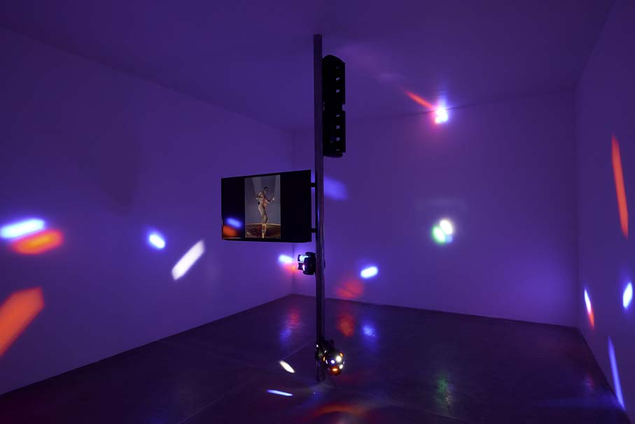 """Gaza Stripper, 2006. Vista de la exposición """"Colateral"""", de Yoshua Okón, en el MUAC, Ciudad de México, 2017-2018. Cortesía: MUAC"""