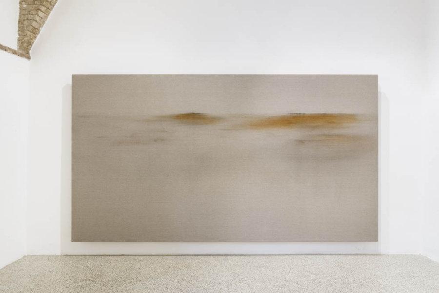 Elizabet Cerviño, Testimonio de la Brisa 6, 2018, óxido de hierro sobre lino, 218 x 400 cm. Vista de la exposición en Galleria Continua San Gimignano, Italia. Foto: Ela Bialkowska