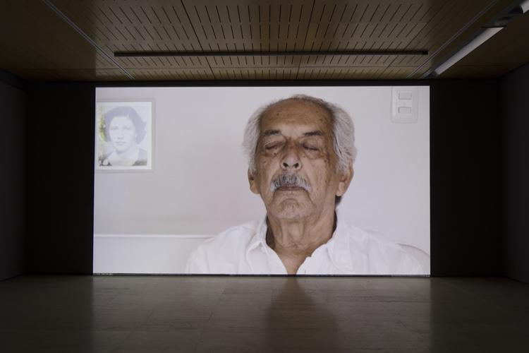 """Oscar Muñoz, """"Fundido a blanco"""", en la exposición """"Oscar Muñoz: des/materializaciones"""", en la Fundació Sorigué, España, 2018. Cortesía: Fundació Sorigué"""