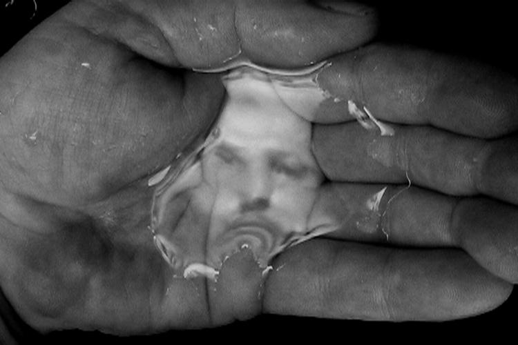 """Oscar Muñoz, """"Línea del destino"""", en la exposición """"Oscar Muñoz: des/materializaciones"""", en la Fundació Sorigué, España, 2018. Cortesía: Fundació Sorigué"""