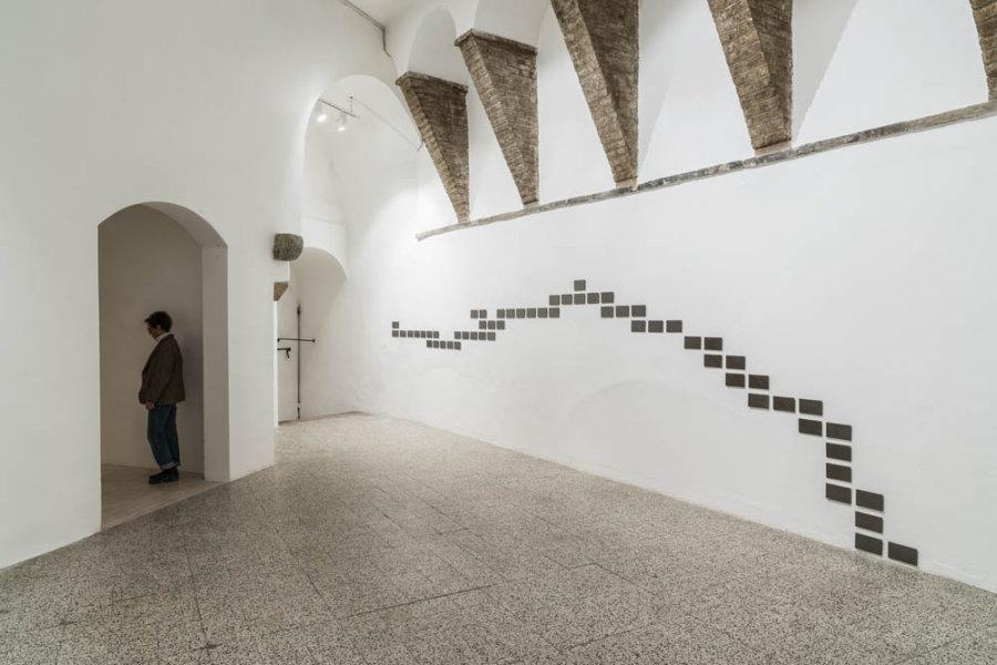 Elizabet Cerviño, Oración, 2018, grafito grabado, 59 placas, 10 x 17 x 4 mm cada una. Vista de la exposición en Galleria Continua San Gimignano, Italia. Foto: Ela Bialkowska