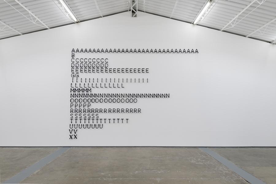 """""""Si la repetición existe,, expresa al mismo tiempo una singularidad contra lo general, una universalidad contra lo particular, un elemento notable contra lo ordinario, una instantaneidad contra la variación, una eternidad contra la permanencia, 2017-2018. Obsidiana tallada a mano, 300 x 400 x 5.5 cm *El título es una cita del libro """"Diferencia y repetición"""", de Gilles Deleuze. Vista de la exposición """"Entropías"""", de Gabriel de la Mora, en proyectosmonclova, Ciudad de México, 2018. Foto: Rodrigo Viñas. Cortesía del artista y de la galería"""