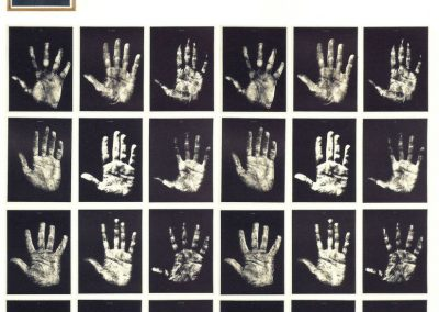 Robert Filliou, Hand Show, 1967, 24 serigrafías en blanco y negro en caja de madera, 28.2 x 21.8 cm