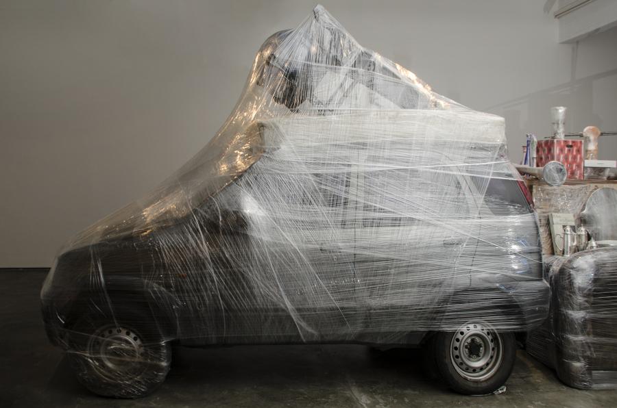 """Crisálida, instalación de Pepe López, 2017. Vista de la exposición """"Escape Room"""" en Espacio Monitor, Caracas. Foto: Julio Osorio"""