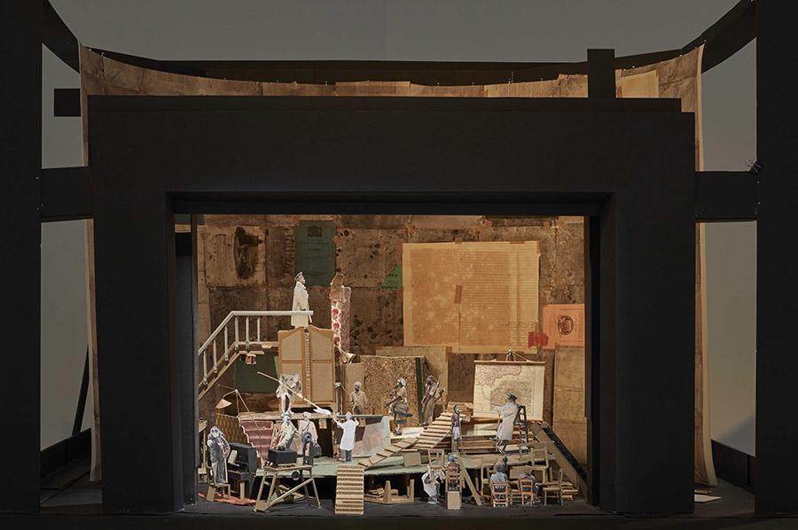 """Maqueta para """"Wozzeck"""" (2016), parte de la muestra Basta y sobra de William Kentridge en el Museo Reina Sofía, Madrid. Foto: Joaquín Cortés/Román Lores, cortesía del museo."""
