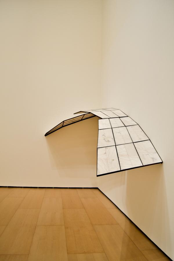 """Cristina Iglesias, Sin título (Habitación de Alabastro), 1993, hierro y alabastro. Vista de la exposición """"El Arte y el Espacio"""" (Sala 6), en el Museo Guggenheim Bilbao, 2018. Foto: Leyla Dunia"""