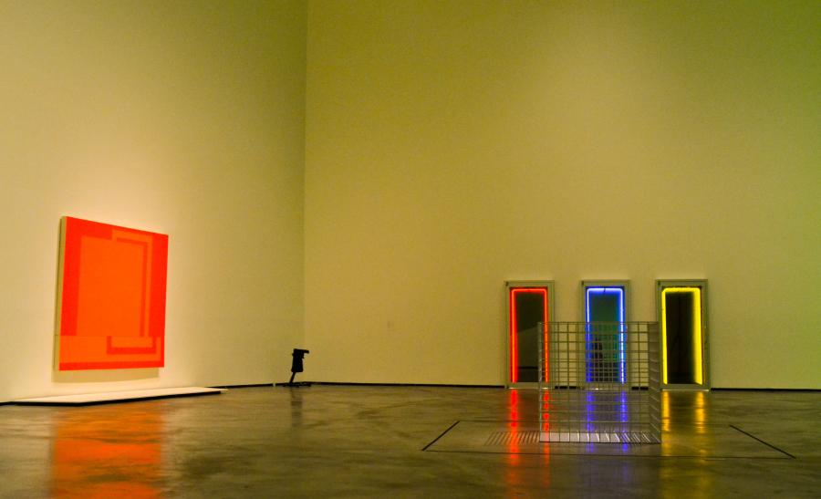 """Iván Navarro. Vista de la exposición """"El Arte y el Espacio"""" (Sala 6), en el Museo Guggenheim Bilbao, 2018. Foto: Leyla Dunia"""