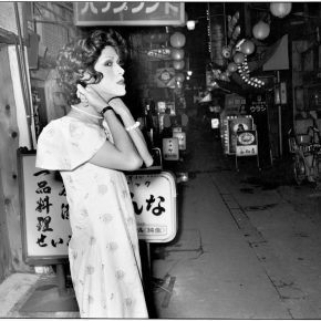 Seiji Kurata, Even though there's no sign of any customers... Cerca de Ikebukuro, Hikarimachi Ohashi, 1975. De la serie