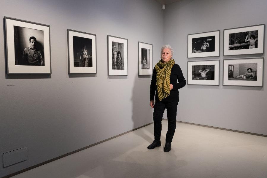 "Paz Errázuriz en la exposición ""Another Kind of Life: Photography on the Margins"", Barbican Art Gallery, Londres, 2018. ©Ian Gavan/Getty Images"