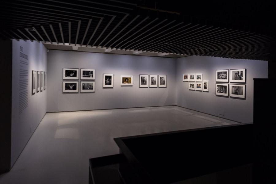 """Sala con obras de Paz Errázuriz, Vista de la exposición """"Another Kind of Life: Photography on the Margins"""", Barbican Art Gallery, Londres, 2018. ©Ian Gavan/Getty Images"""