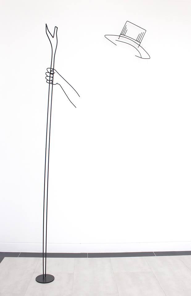 Andrés Pereira Paz, Guamán VI: Astrónomo y poeta, 2018, alambre galvanizado, 37 x 45 cm y 180 x 40 cm. Cortesía: Crisis Galería, Lima